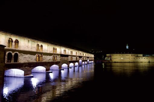 Strasburgo. L'illuminazione realizzata per il Barrage Vauban, costruito alla fine del Seicento e usato come sistema difensivo (cortesia: Platek Light)