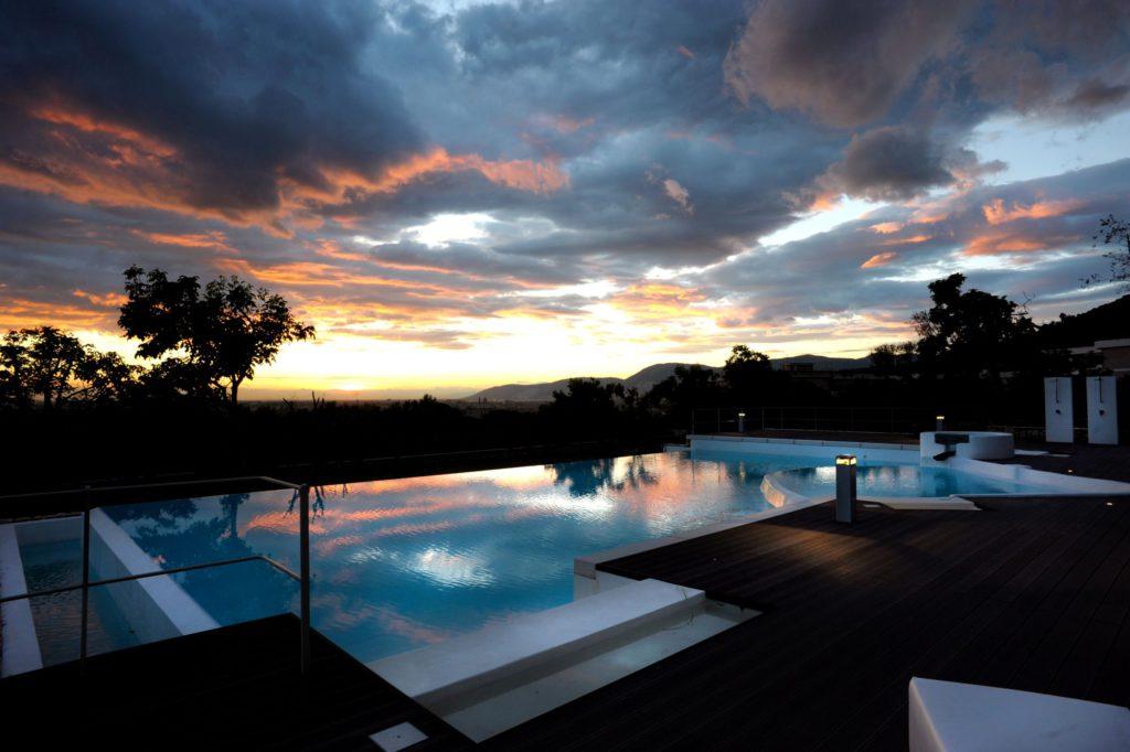 La luce del tramonto…e l'illuminazione a bordo piscina (serie Step) (cortesia: F.lli Francesconi)