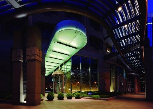 """Taipei, Taiwan. Ruentex Tunha-Renai Residence. La """"lingua luminosa"""" della con la calotta illuminata che collega la via principale con l'ingresso (cortesia foto: Jeffrey Cheng)"""
