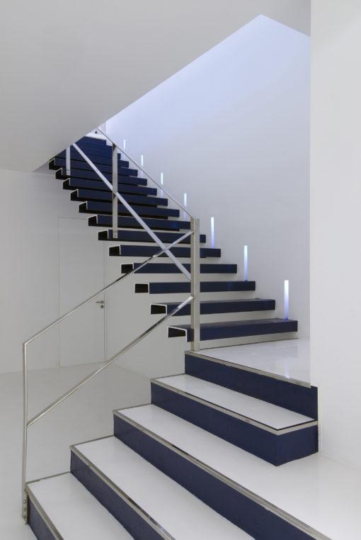 Interior Design: un'ambientazione presso negozio a La Corũna, Spagna. Sistema di illuminazione per incasso architettonico, taglio di luce modulare a scomparsa totale installabile a plafone, parete (sia cartongesso che muratura), con sorgenti a LED, in Coral, costituito per 2/3 da minerali naturali tra cui il gesso. Crea una lama di luce di 45 mm. per l'altezza desiderata (moduli multipli). Il corpo in Coral è illuminato da una o due sorgenti a Led 1 x 1 W contrapposte, di colore bianco o blu (Blade, di Buzzi & Buzzi)