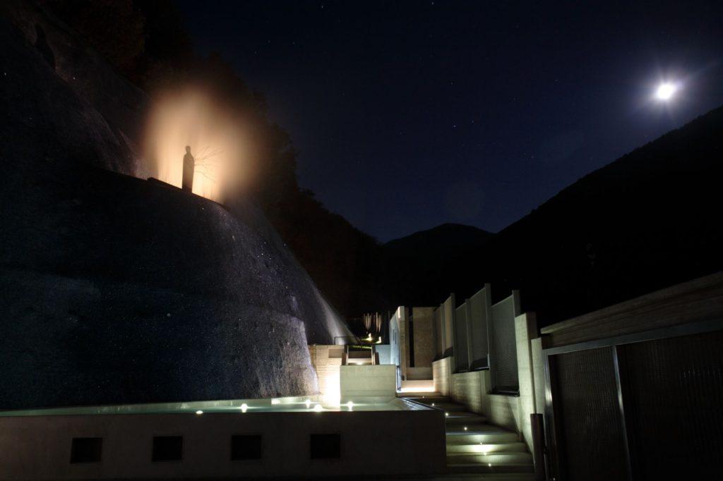 Solopaca, Acquedotto Alto Calore. Un'altra immagine in notturna con vista d'insieme (cortesia: Cannata & Partners Lighting Design; foto: arch. Pasquale Palmieri )