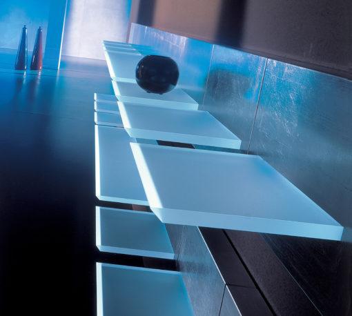 Mensola luminosa in metacrilato sabbiato per composizioni multiple sia orizzontali che verticali: con un solo punto luce è possibile realizzare linee di luce continua. La scocca metallica incorpora l' alimentatore all'interno e non implica incassi nel muro: utilizza sorgenti a LED con potenze da 1,9 a 9,3 W (Tai-zu, di Oty Light)