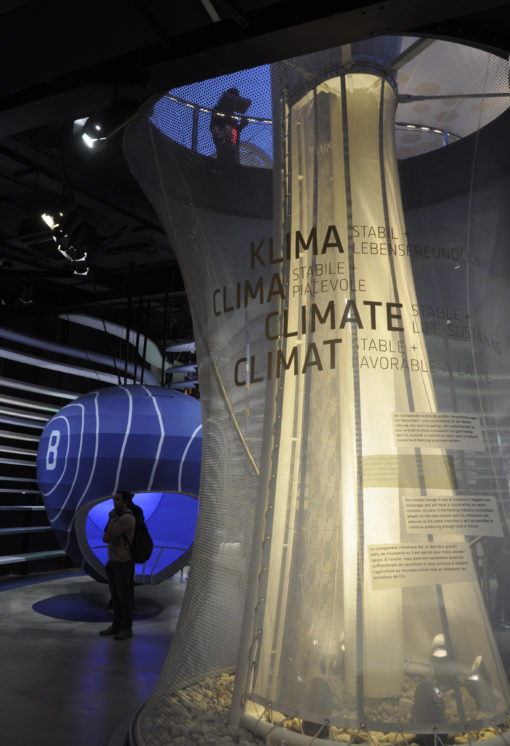 L'area espositiva dedicata alle zone climatiche: nel dettaglio l'illuminazione notturna a luce LED generata dalla lampada situata ai piedi di uno dei cinque alberi solari (courtesy: Schmidhuber.de)