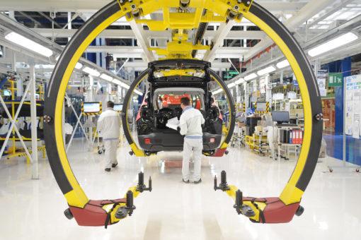 Il nuovo stabilimento FCA a Cassano: la modernissima linea di produzione, in evidenza gli apparecchi Linda LED PS 2X22W OP (courtesy: 3F filippi)