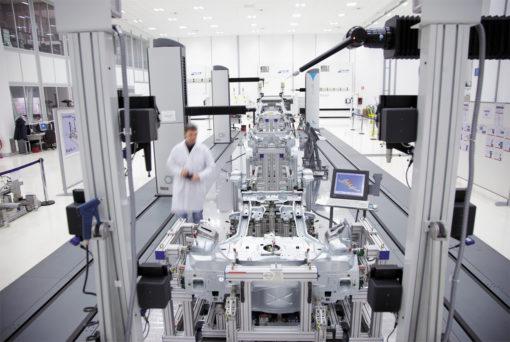 Fiat Mirafiori: l'elevata pulizia e le caratteristichedell'interior di qursta linea totalmente robotizzatadi assemblaggio è esaltata proprio dalla qualità dell'illuminazione (courtesy: 3F Filippi)
