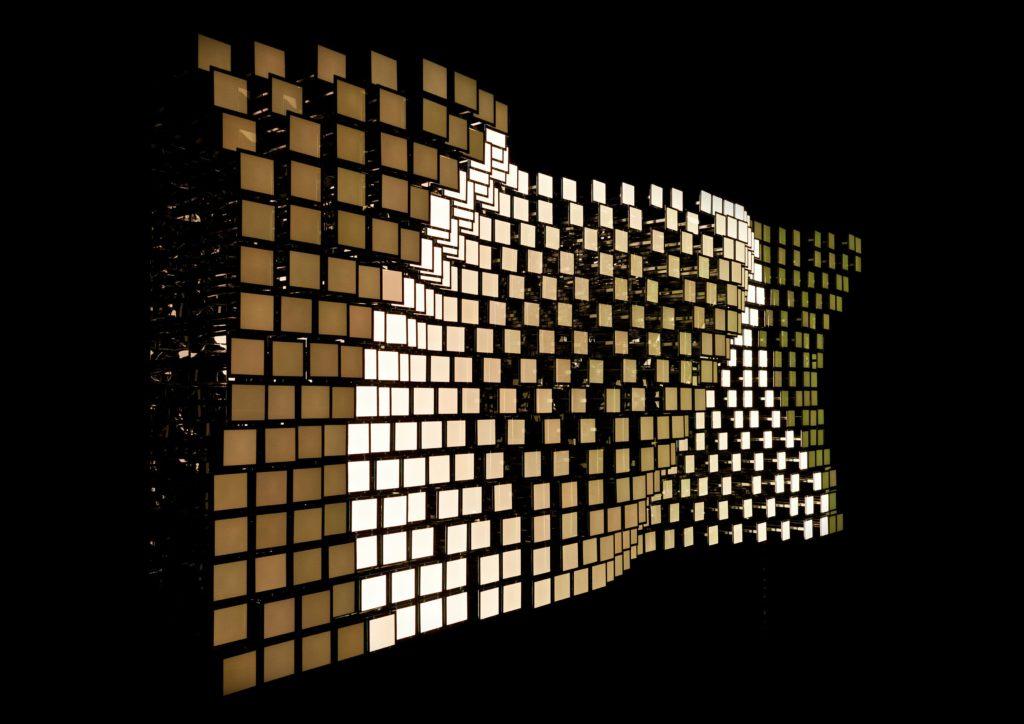 LivingSculpture. Il pannello Lumiblade OLED GL 350 presenta una dimensione dell'area illuminante di 103.8 x 103.8 mm, una tc di 3250 K con un indice di resa colore 90, un'efficienza luminosa di 16.7 lm/W e una luminanza di 4000 cd/m2 (courtesy: Philips Lumiblade)