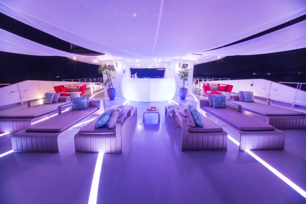 """Motor Yacht Saluzi, 69 m. Il sistema di illuminazione lineare flessibile e calpestabile RGB e dimmerabile """"in-deck lighting"""" di Leding Light, per Ocean Group (courtesy: Ocean Group)"""