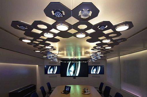 """Il progetto per la sede TÜV SÜD realizzato nel 2011 a Monaco di Baviera da Osram con un sistema di illuminazione definito con pannelli OLED """"Orbeos"""". Il pannello Orbeos CDW -031, largo 90 mm, presenta una tc di 2800 K con un indice di resa colore 75, una luminanza di 1000 cd/m2 e un'efficienza luminosa di 23 lm/W (cortesia: Osram)"""