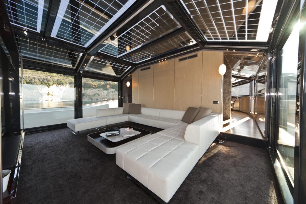 Arcadia Yachts, Motor Yacht 115'. La family Room. La sovrastruttura dello yacht è realizzata quasi interamente in materiale trasparente con pannelli solari all'interno (cortesia photo: Arcadia Yachts)