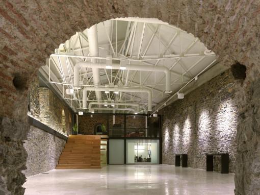 La struttura dell'edificio, preservata nella sua forma originaria, ospita anche uno spazio polifunzionale - fruibile anche nelle ore serali - per piccoli eventi privati e mostre (cortesia: Studio Paola Urbano)