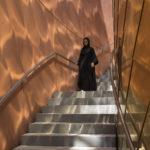Uno dei percorsi all'interno dello sviluppo in onde parallele delle sezioni murarie del Padiglione (Credit photo: Nigel Young_Foster + Partners)