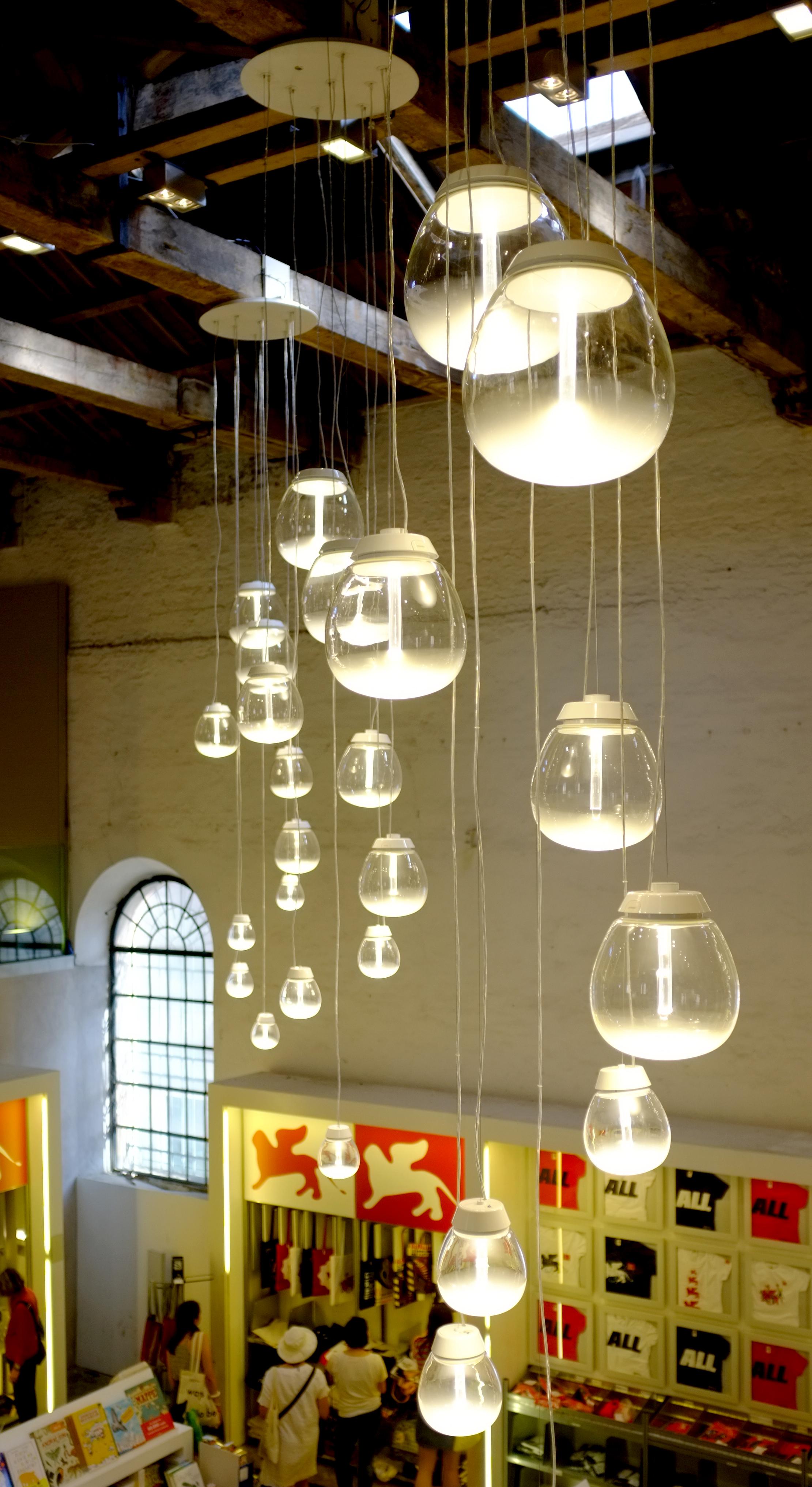 La lampada Empatia, nella versione sospensione, nello spazio del bookshop della 56.Esposizione Internazionale d'Arte della Biennale di Venezia 2015 (courtesy: press office Artemide)