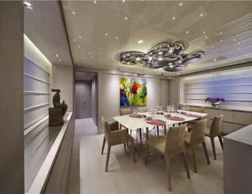 """Yacht Sanlorenzo SL108. La sospensione """"Skydro"""" di Ross Lovegrove modificata, nella sala da pranzo dello yacht (cortesia: Artemide)"""
