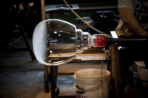 Una fase della lavorazione secondo le antiche procedure dei maestri vetrai del diffusore della lampada (courtesy: press office Artemide)