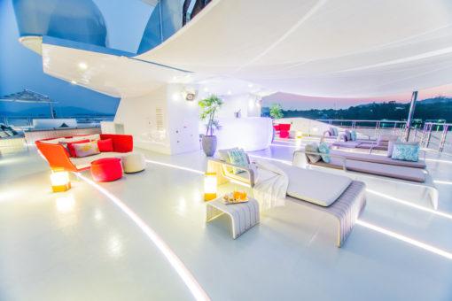 """Motor Yacht Saluzi, 69 m. Un'immagine del sistema di illuminazione lineare flessibile e calpestabile """"in-deck lighting"""" di Leding Light, per Ocean Group (courtesy: Ocean Group) )"""