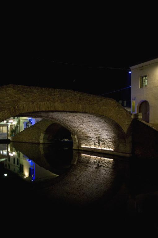 Comacchio, Ponte degli Sbirri. L'illuminazione sotto l'arcata, realizzata con apparecchi a luce LED (foto: Maria Chiara Bonora)