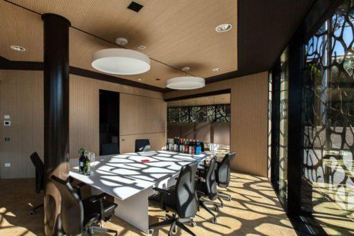 La sala degustazione con due grandi sospensioni sopra al tavolo ed una illuminazione perimetrale assicurata da incassi rotosimmetrici