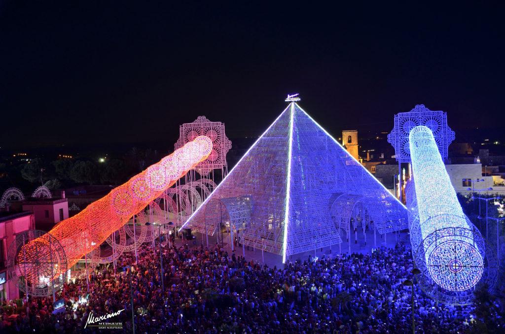 La Piramide di Luce realizzata per l'edizione 2014 della Festa di Santa Domenica a Scorrano (LE) (cortesia: Mariano Light srl)