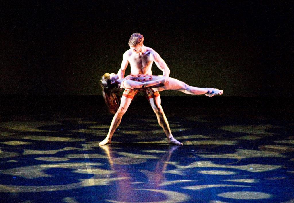 Nel passo a due i ballerini vengono illuminati con alcuni PAR a pioggia di colore blu (courtesy photo: Sandra Raccanello)