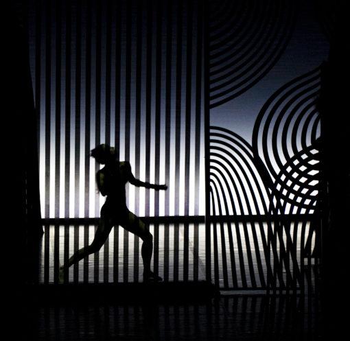 Figura 5 – Il quadro conclusivo del balletto è giocato su un pieno controluce grafico e geometrico (courtesy photo: Sandra Raccanello)