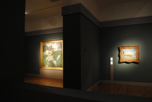 """Un'altra immagine delle sale della mostra, a sinistra """"I tacchini"""", opera del 1877 (courtesy photo: Skira) )"""