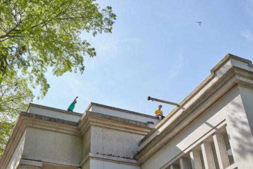 """Alcuni momenti della performance """"GIRO"""" (2015) di Olaf Nicolai, sul tetto del Padiglione Germania (Copyright: Olaf Nicolai: GIRO, 2015, VG Bildkunst))"""