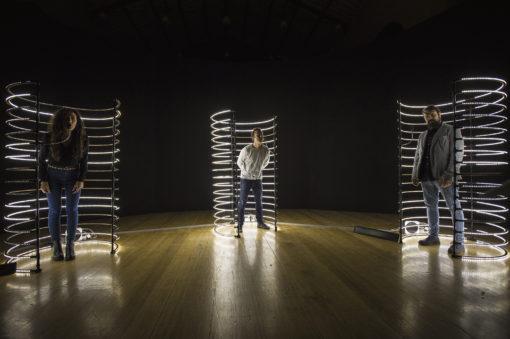 Nell'opera di Alexandra Dementieva, Breathless, lo spettatore può alterare il processo di illuminazione delle tre gabbie in cui viene invitato a entrare (courtesy: Fondazione RomaEuropa)