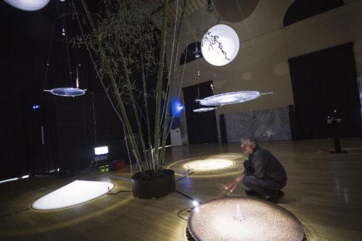 """Nell'opera di Pietro Pirelli, """"Idrofoni o lampade sensibili"""", sono le onde sonore a generare la voce luminosa di questi apparecchi, lampade sensibili alla parola, al canto, al suono di uno strumento, oppure in semplice ascolto dell'ambiente che li circonda (courtesy: Fondazione RomaEuropa)"""