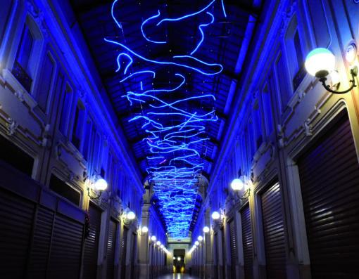 """""""L'energia che unisce si espande nel blu"""" di Marco Gastini, nella Galleria Umberto I a Porta Palazzo"""