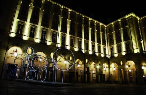 "L'opera ""My noon"" di Tobias Rehberger, in piazza Palazzo di Città )"