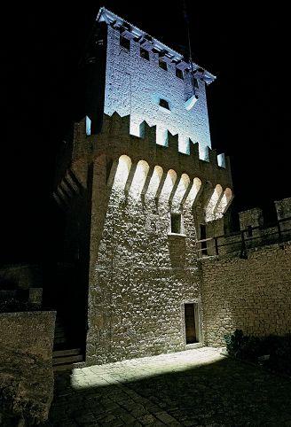 Repubblica di San Marino. Uno degli studi realizzati da Thorn per la definizione dell'illuminazione di una delle Rocche. In alto è stata utilizzata un'illuminazione fluorescente con T5 (6000 K), mentre sotto abbiamo un'illuminazione a ioduri metallici. La merlatura è in controluce (cortesia: Thorn Lighting)