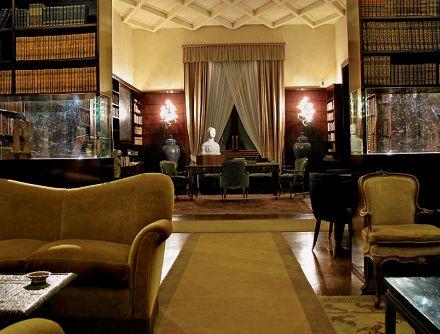 Villa Necchi Campiglio. La biblioteca. Illuminazione indiretta a tono caldo e illuminazione diretta con i proiettori spot nascosti sopra le librerie (cortesia: Balestreri Lighting Design)