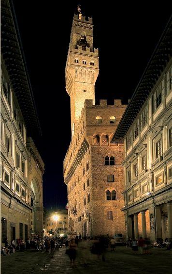 Firenze, illuminazione di Palazzo Vecchio. I proiettori utilizzati hanno esaltato il colore ambrato del mattone di cui è composto il Palazzo (cortesia: Philips Lighting)