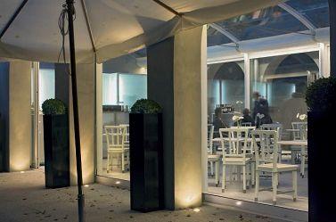 Villa Necchi Campiglio. La caffetteria nel giardino. Una serie di incassi per lampade alogene dicroiche realizzano l'illuminazione d'accento delle colonne (Microfloordi Fosnova -Disano) (foto: Guido Clerici)