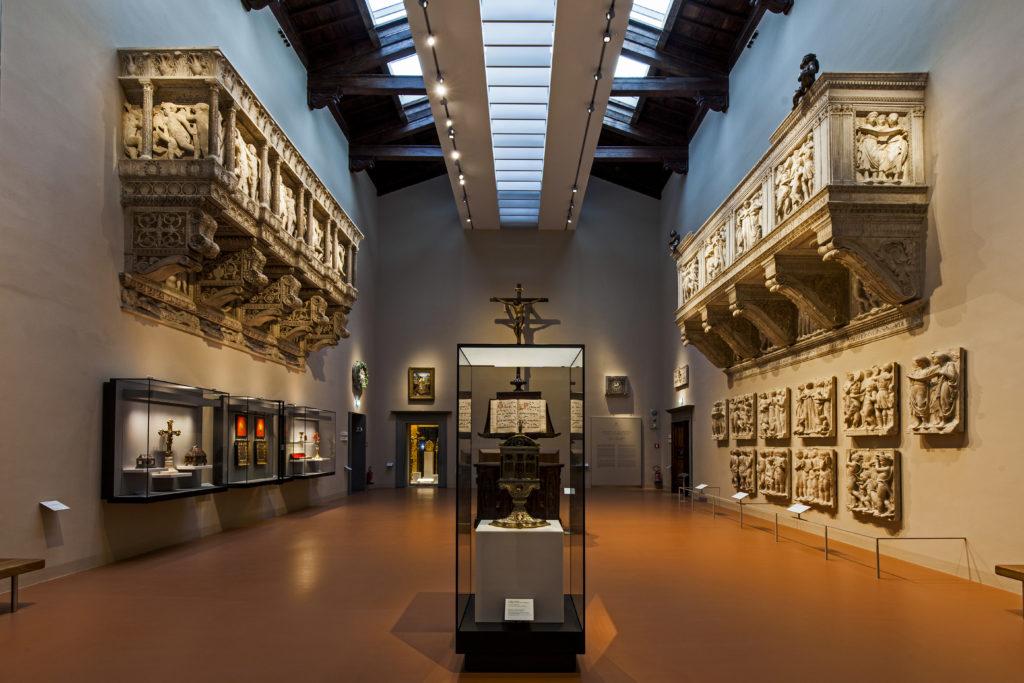 La grande 'Sala delle Cantorie'. A sx, la Cantoria di Donatello e a dx, quella di Luca Della Robbia (cortesia: ERCO)