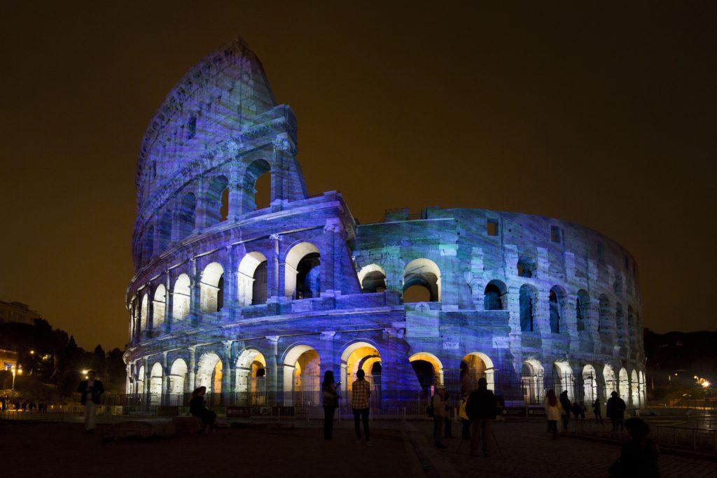 Roma, Messaggi di Luce al Colosseo, 11-13 maggio 2016. Il Colosseo è avvolto in sequenze cromatiche volte ad evidenziare la morfologia e l'identità della sua superficie nelle fasi precedenti la proiezione dei disegni animati (cortesia photo: Motoko Ishii Lighting Design & I.C.O.N.)
