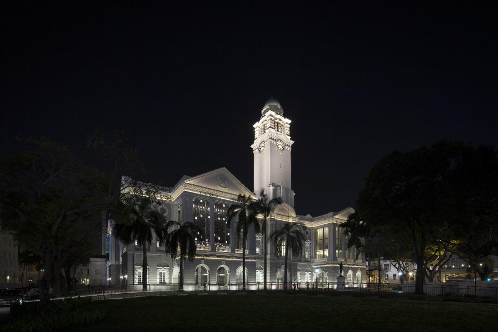 Un'immagine notturna del complesso