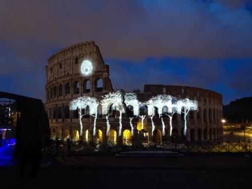 ) Roma, Messaggi di Luce al Colosseo, 11-13 maggio 2016. Sequenza con la proiezione dei pini ad ombrello che Lisa Ishii ha disegnato dalle fotografie di quelli prospicienti il monumento (cortesia photo: Motoko Ishii Lighting Design & I.C.O.N.)