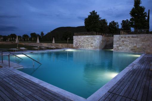 """Rapolano Terme (SI). Terme Antica Querciolaia SPA. Nelle piscine esterne, il proiettore """"Sirena 25"""" IP 68 (courtesy photo: DGA)"""