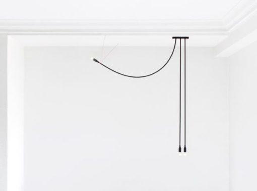 Il filo non è soltanto un conduttore elettrico, ma diviene elemento strutturale dell'oggetto: la forma della tensione generata dal suo attacco, fa sì che sia la lampada stessa a disegnare la propria curva nello spazio (photo courtesy: Julien Renault)