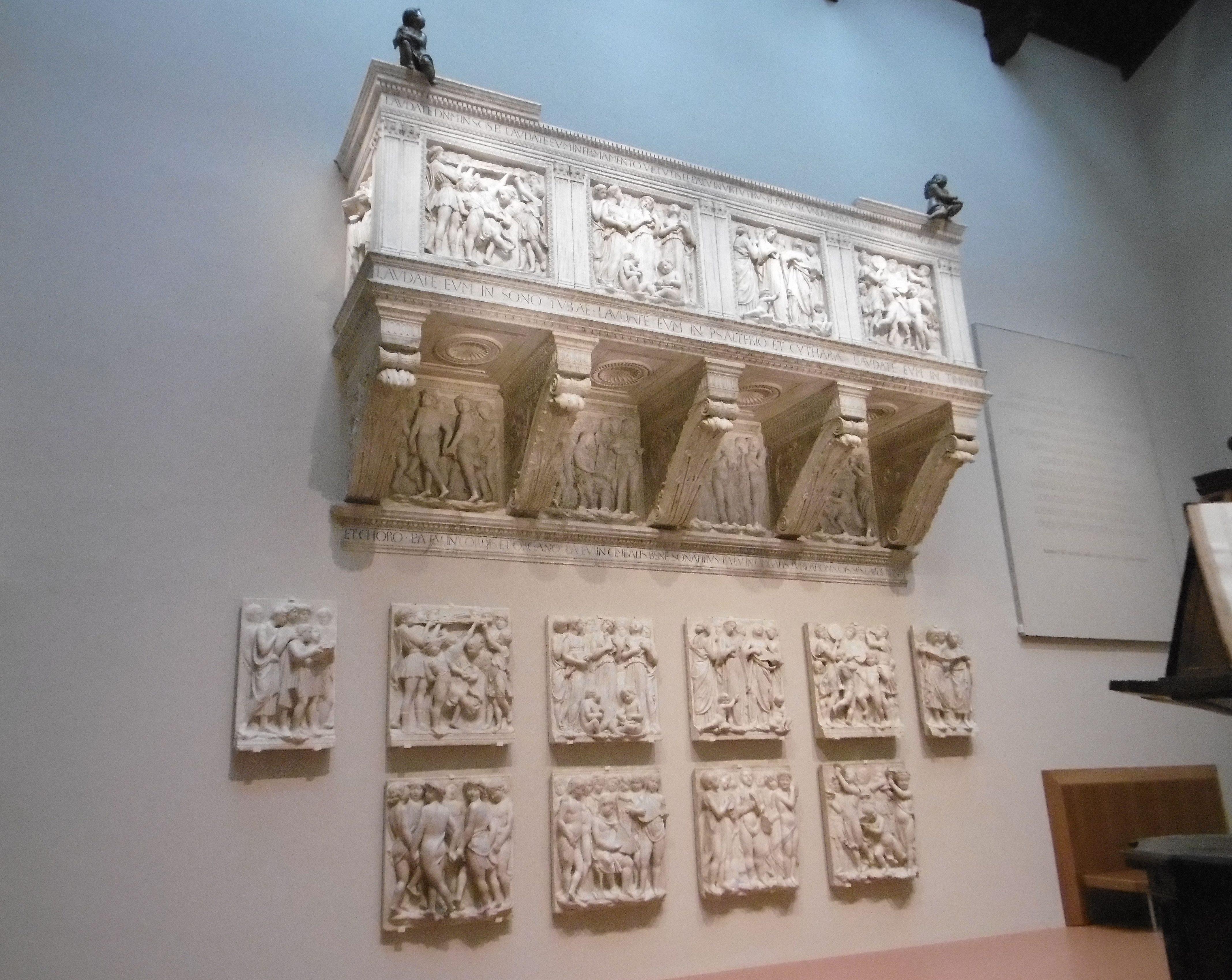 Firenze, Museo dell'Opera del Duomo. La Cantoria di Luca della Robbia, scolpita fra il 1431 e il 1438, nell'efficace resa illuminotecnica data dall'equilibrio fra illuminazione artificiale e contributo della luce naturale
