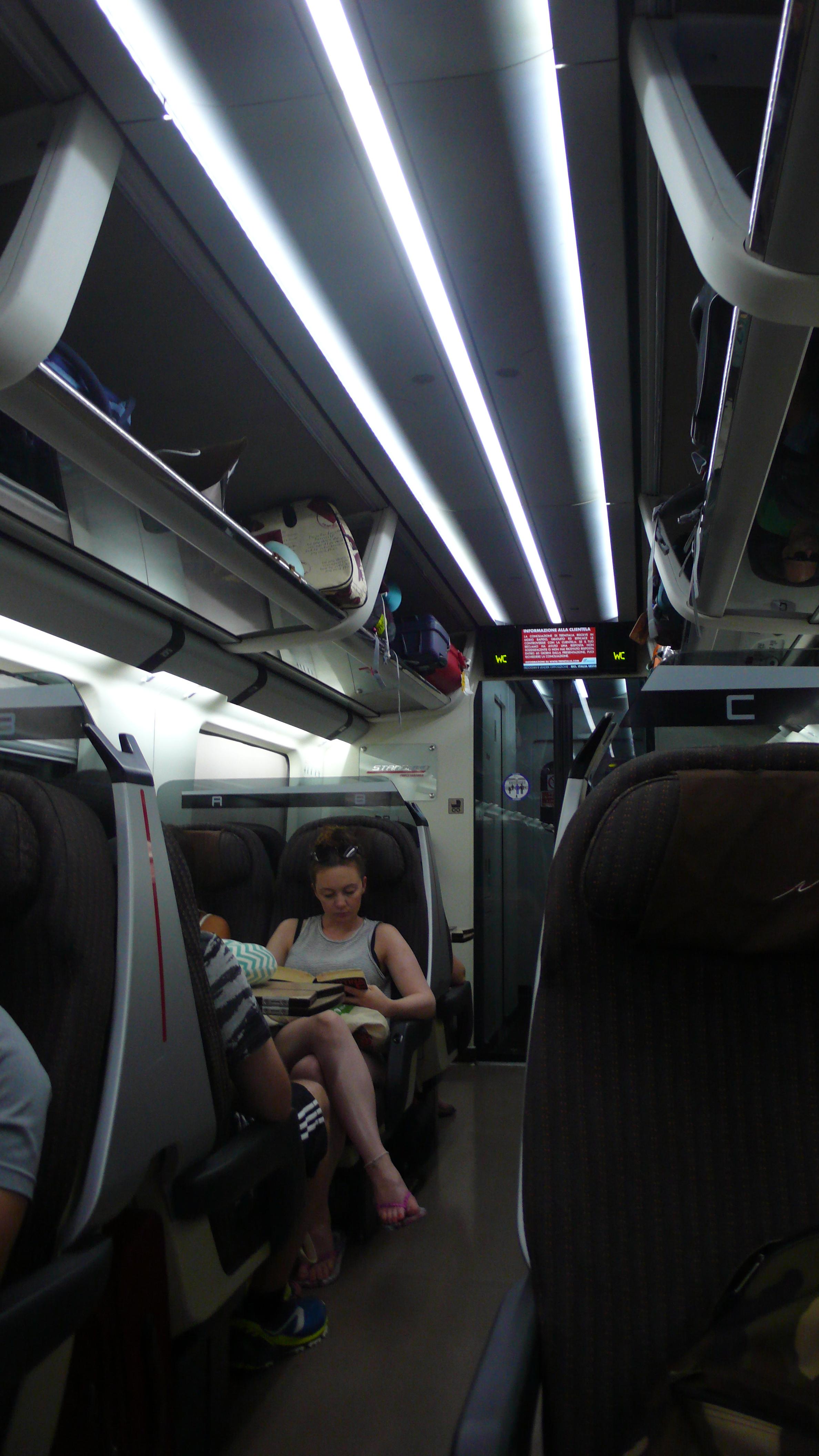 """Interno di una carrozza """"Frecciarossa"""" di Trenitalia, con illuminazione continua a LED (Cortesia: A. Reggiani)"""