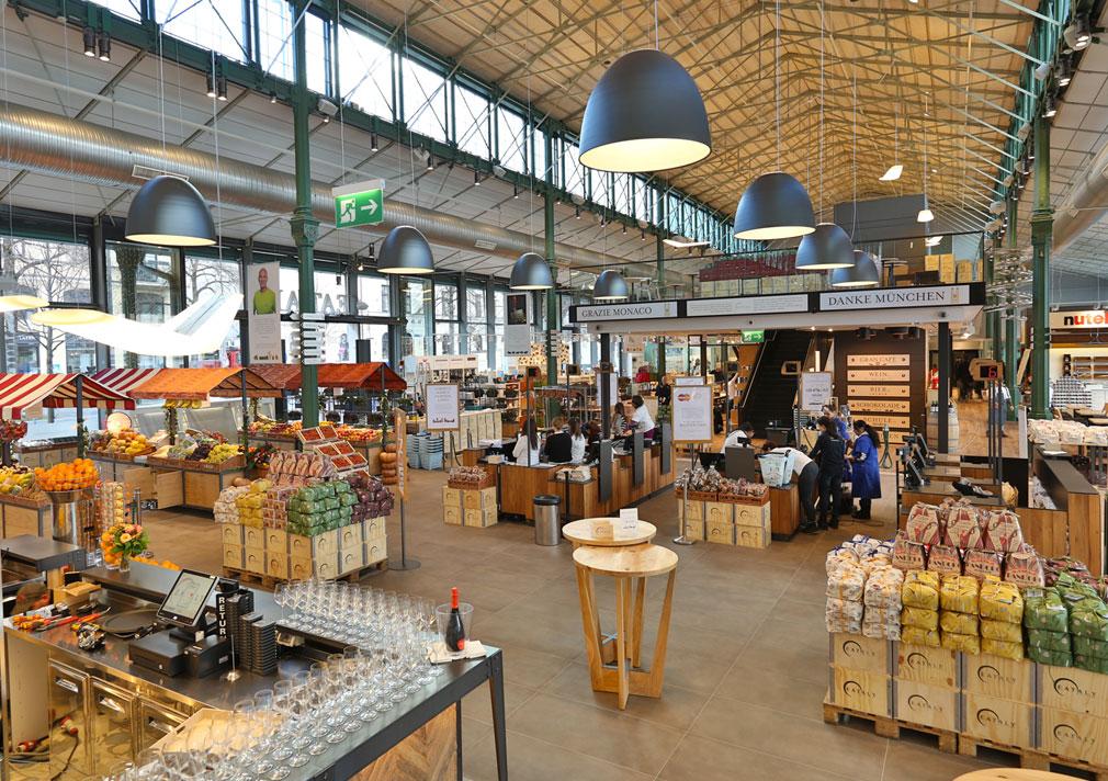"""Eataly Monaco. Nell'area del mercato, le sospensioni """"Nur 1618"""" definiscono l'illuminazione generale distribuendo l'emissione in modo più ampio ed uniforme nello spazio (courtesy photo: Artemide)"""