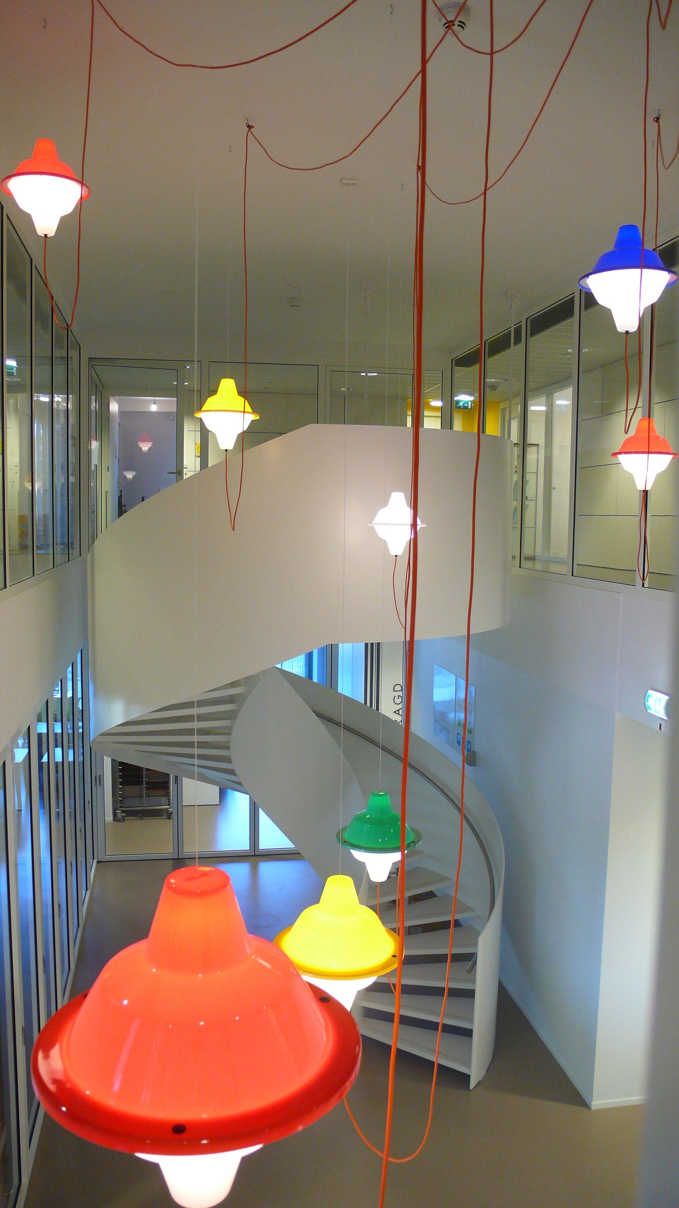 La lampada a sospensione Major Tomin una installazione (courtesy: Jack Brandsman)