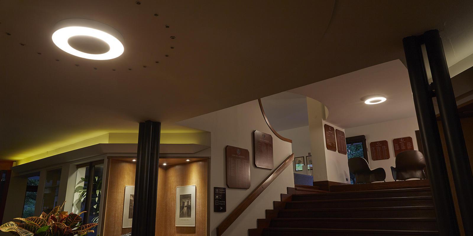 """Negli interni del Golf Club sono stati utilizzati apparecchi """"Ekleipsis"""" Soffitto (courtesy photo: Cariboni Group)"""