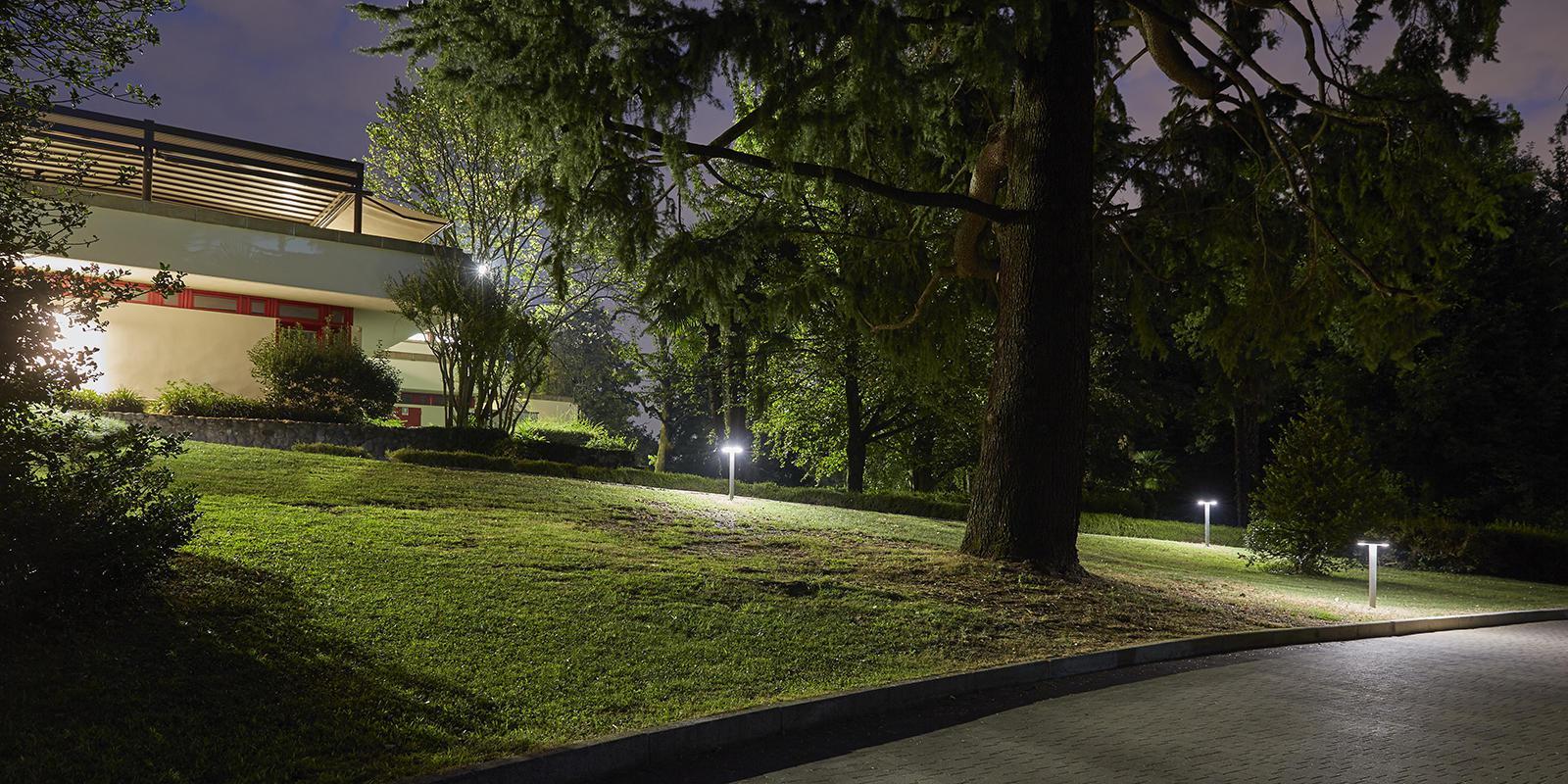 """Golf Club Carimate. Alcuni apparecchi """"Ekleipsis"""" in esecuzione Bollard nel parco (courtesy photo: Cariboni Group)"""
