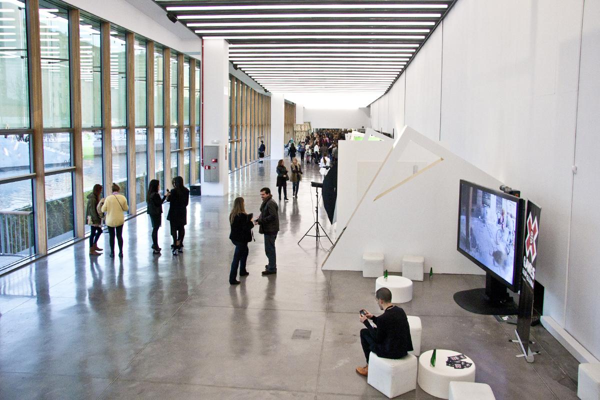 Una temperatura colore di 4000K è utilizzata in tutta l'illuminazione esterna per accentuare il carattere industriale dell'architettura (courtesy: Artec3 Studio)) (figura Y) (courtesy photo: Disseny Hub Barcelona)