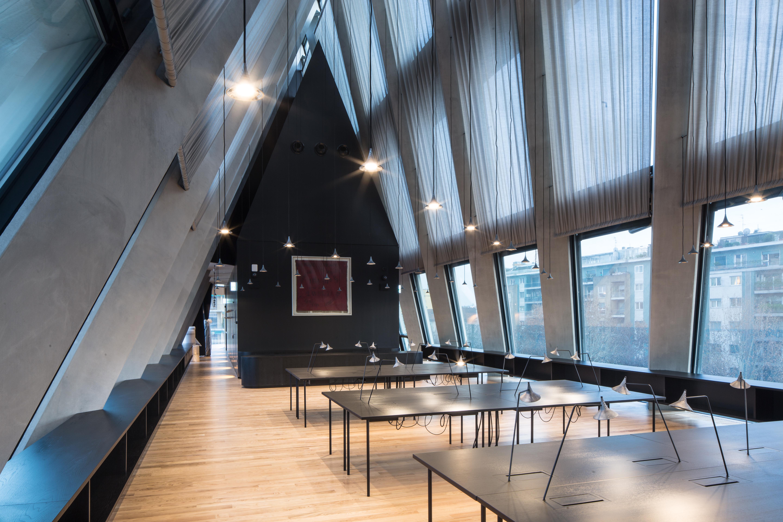 Milano, Fondazione Giangiacomo Feltrinelli. La sala lettura al piano quinto (foto: Filippo Romano)