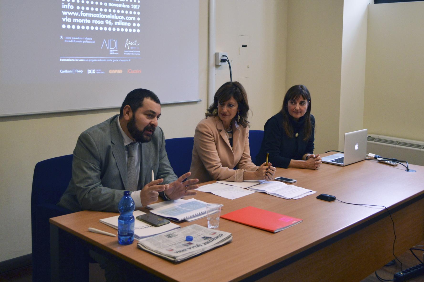 """""""Formazione in Luce"""". A sinistra, in primo piano, Fabio Pagano; sullo sfondo dell'immagine Alessandra Reggiani (courtesy photo: ASSIL)"""
