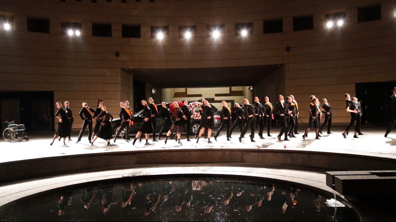 """Rovereto, """"Los Pajaros Muertos"""". Immagine d'insieme con uno dei movimenti coreografici di gruppo. Evidente il forte controluce"""